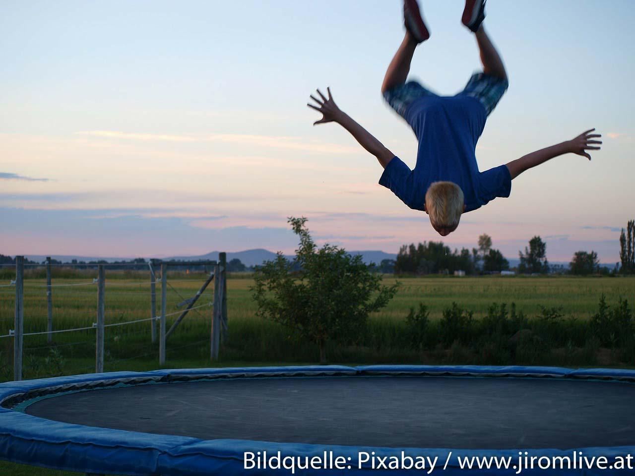 Junge macht Salto auf Trampolin